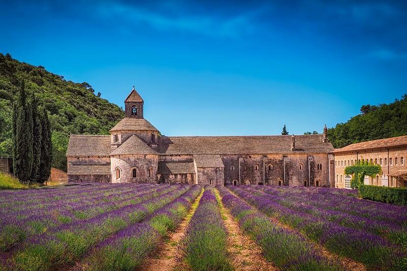 monastero con campo lavanda